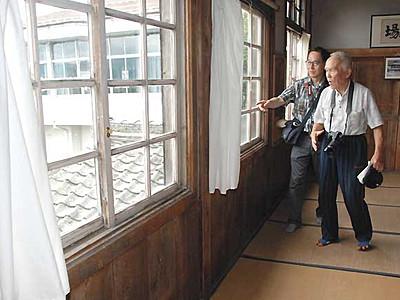 懐かしの木製窓枠 佐久の旧大沢小で一般公開