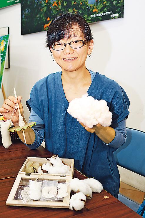 氷見市海浜植物園で糸を作るワークショップを開く北村さん