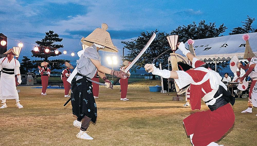 伝統の踊りを繰り広げる住民=白山市下柏野町の柏野じょんがら公園