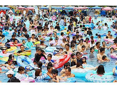 太閤山ランドのプールにどっと5千人