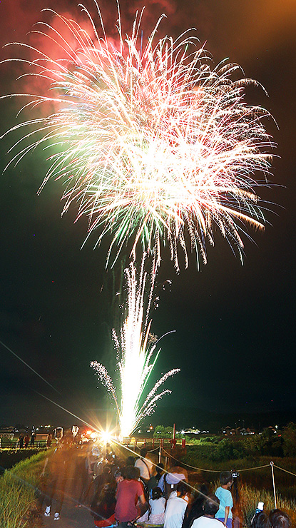 色とりどりの花火が夜空を彩った「おやべ川花火大会」=小矢部市の小矢部川津沢大橋付近