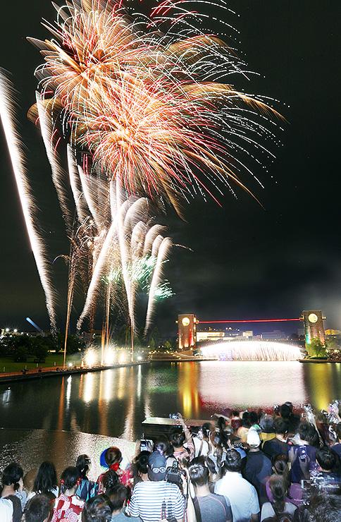 夜空と運河を鮮やかに彩った花火=富岩運河環水公園(多重露光)