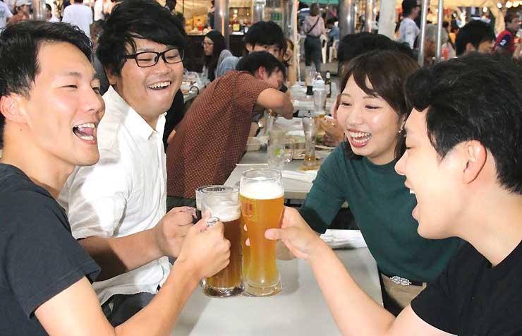 松本サマーフェストの会場で乾杯する来場者たち