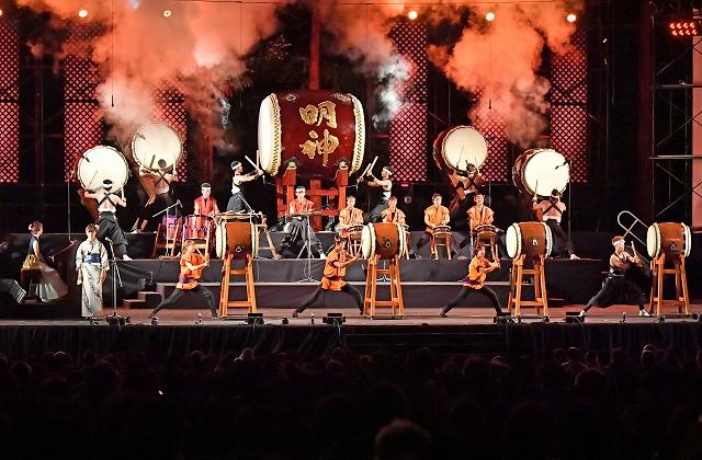 豪快なパフォーマンスで会場を盛り上げた昨年の「おたまつり&O・TA・I・KO響」=越前町下河原のオタイコ・ヒルズ