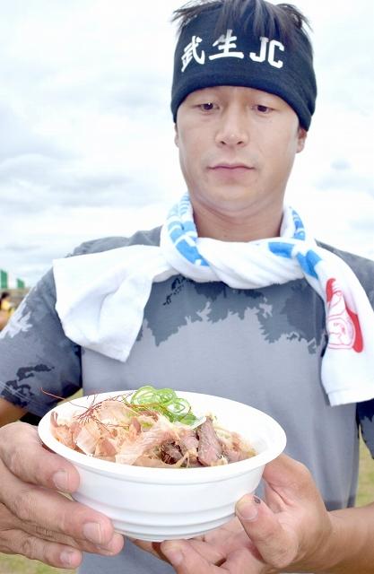 越前そばに南米の肉料理「シュラスコ」を合わせた新メニュー=8月16日、福井県越前市の市武生中央公園