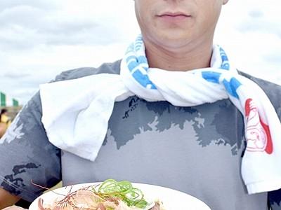 越前そばと南米の肉料理コラボ、好評 シュラスコそば