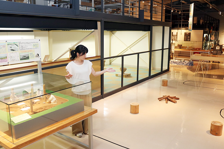 ヒスイの工房跡を再現したコーナーなどがある企画展会場