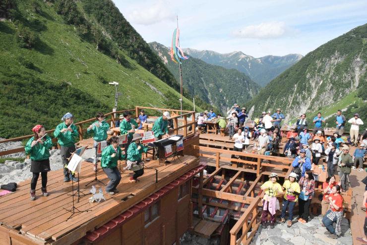 多くの登山客が手拍子をしたり、歌を口ずさんだりして楽しんだ「涸沢コンサート」=18日、北アルプス涸沢