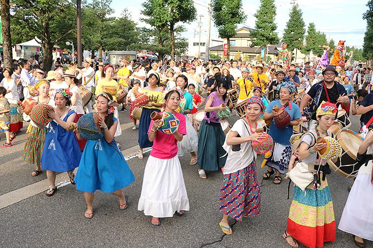 「マラカトゥ」で沿道を盛り上げた昨年のパレード