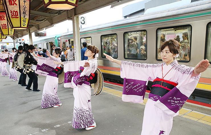 最終日のみホームで行われた昨年の「見送りおわら」=2017年9月4日、JR越中八尾駅