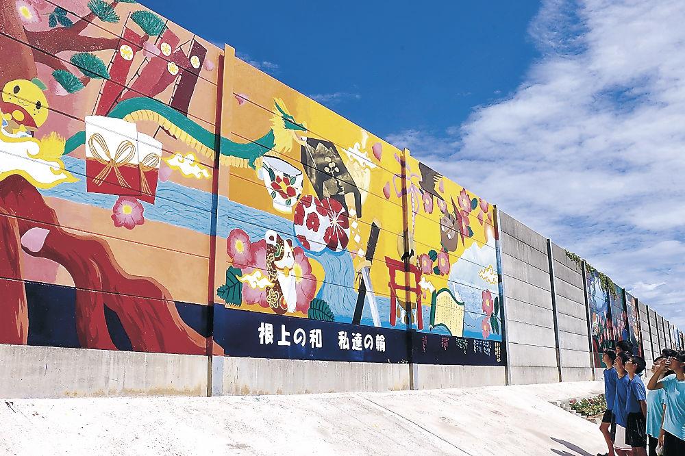 描いた壁画の出来栄えに見入る根上中美術部員=能美市中町
