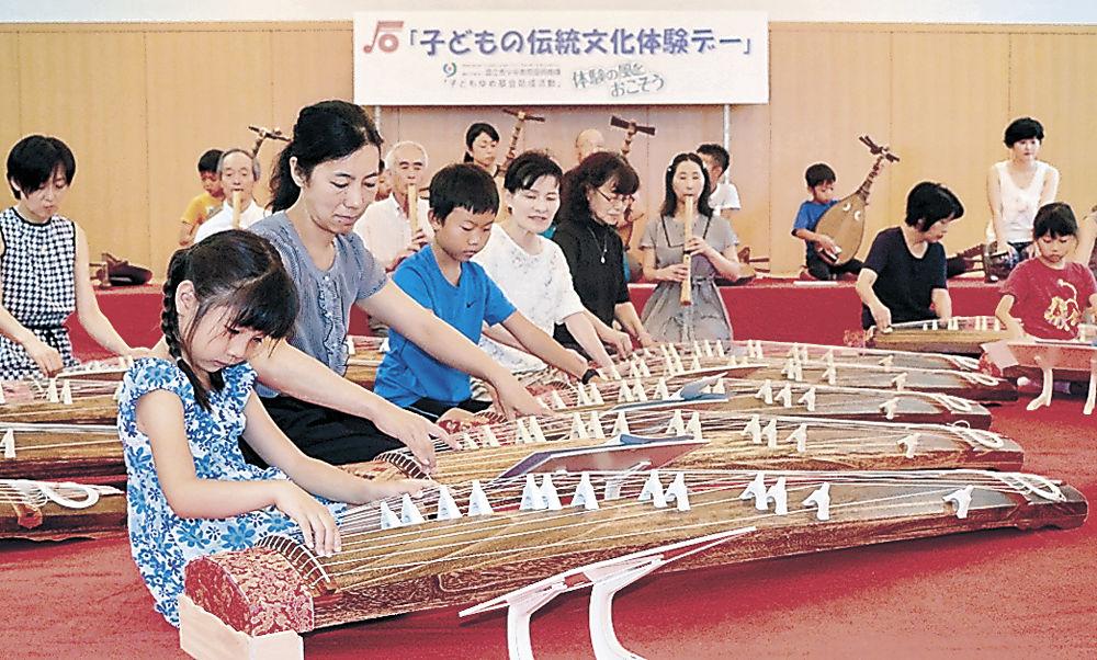 和楽器の演奏を体験する参加者=金沢歌劇座