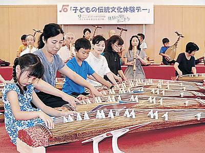 県音楽文化協が体験会 児童が箏や尺八合奏