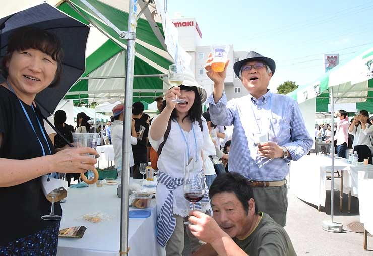 昨年9月の「東御ワインフェスタ」でワイングラスやコップを手に楽しむ来場者