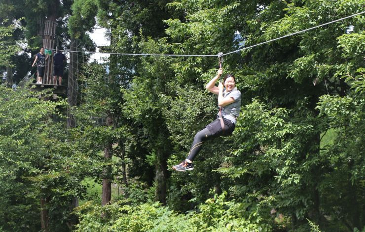 森の中をターザンのように移動する「フォレストアドベンチャー」=湯沢町の湯沢中里スノーリゾート