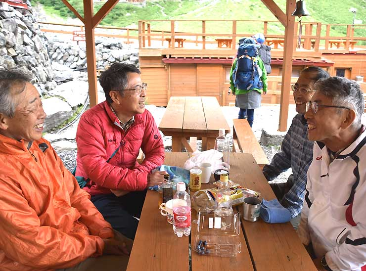 涸沢ヒュッテで研究室の思い出などを語り合う(左から)中島さん、北野さん、服部さん、湯本さん
