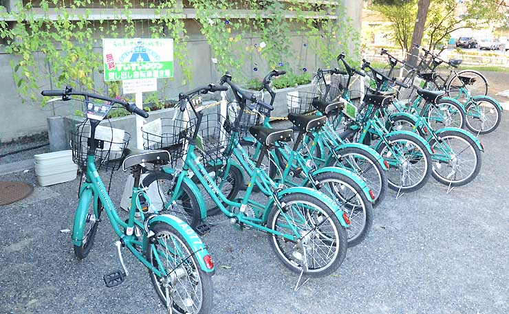 松本城公園内の市立博物館前に止められた「すいすいタウン」の自転車
