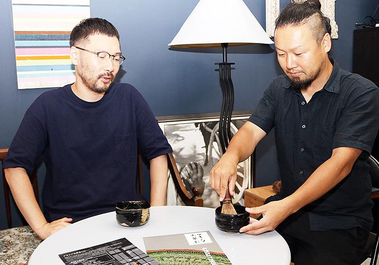 「実験室」をテーマにした茶席を設ける藤木さん(左)と高野さん