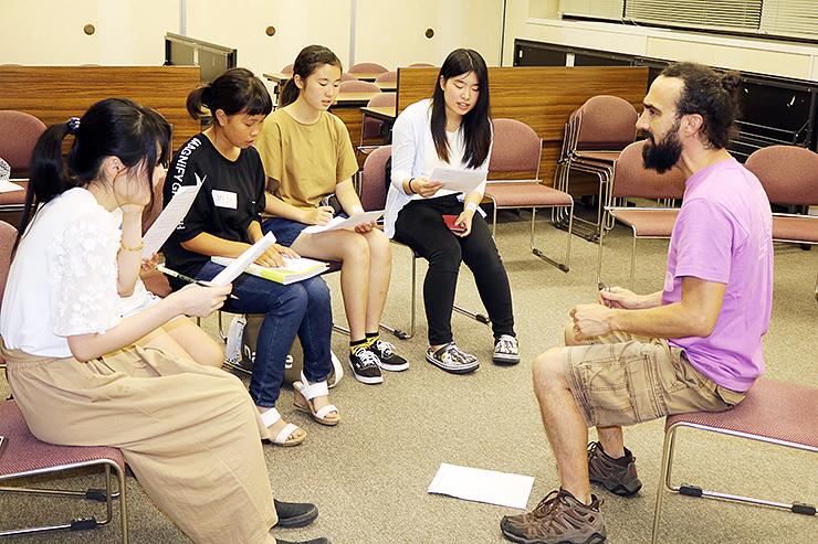 ヴィヤさん(右)からメキシコ民謡を学ぶ「なんとジュニアコーラス」メンバー