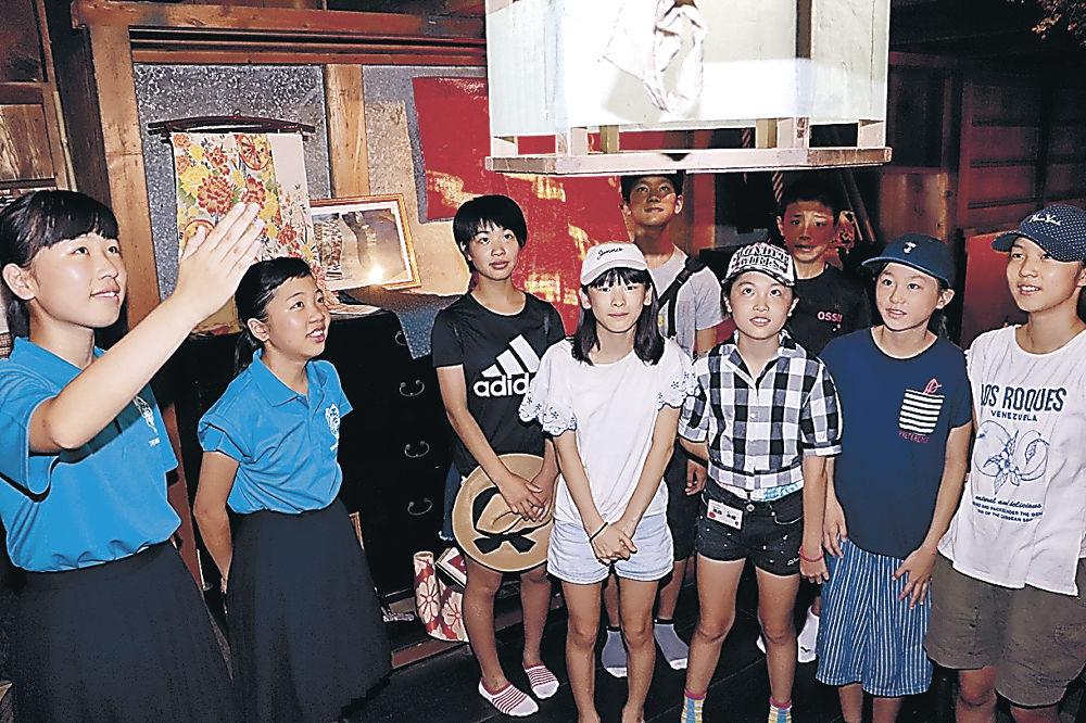 瀬戸家の蔵について説明する生徒(左2人)=小松市安宅町の瀬戸家