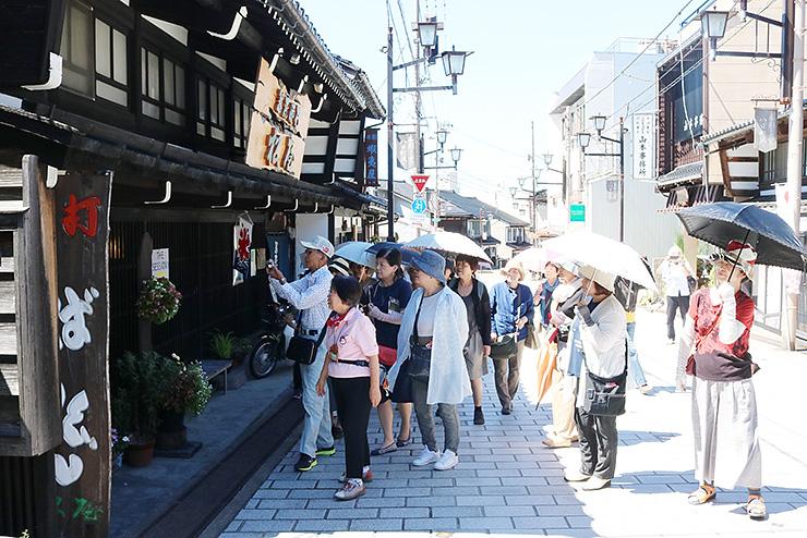 工房や町家が並ぶ八日町通りを散策する大勢の観光客。愛知からの来訪が目立ってきた=南砺市井波