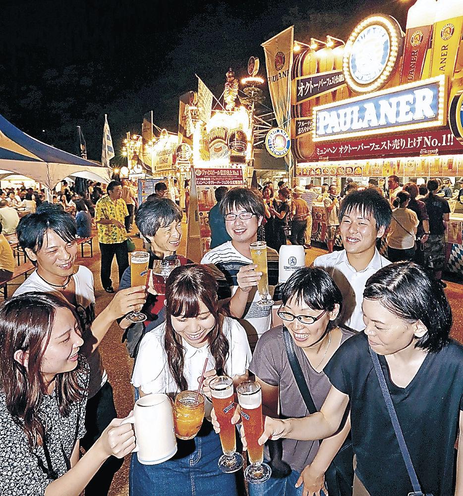 ドイツビールや伝統料理を味わう来場者=いしかわ四高記念公園
