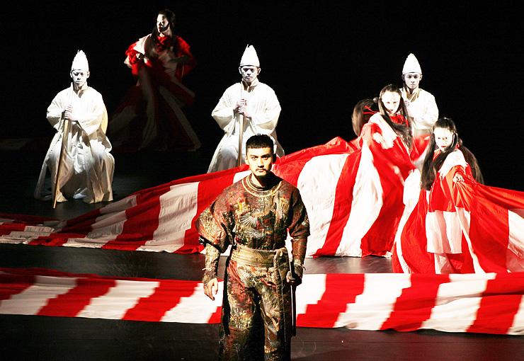暗闇の中に浮かぶ舞台で3カ国の俳優が演じた「ディオニュソス」=県利賀芸術公園