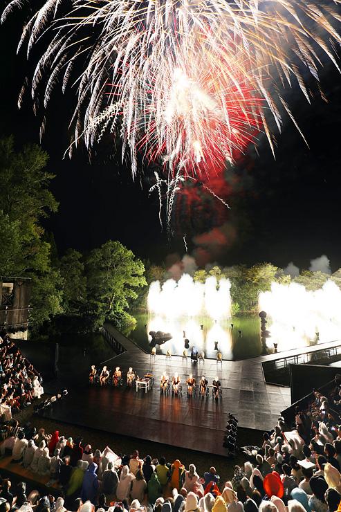 鮮やかな花火がステージを彩った「世界の果てからこんにちは」=県利賀芸術公園野外劇場