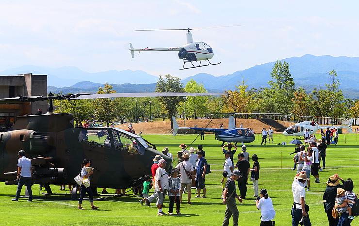 大勢の家族らが訪れた「ヘリコプター&防災・防犯フェスティバル2018」=クロスランドおやべ