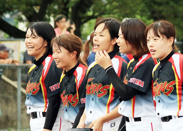 試合後、すがすがしい表情を見せる(左から)蓮川、上田、鈴木ら富山国際大・富山短大合同チームのナイン=天神山球場