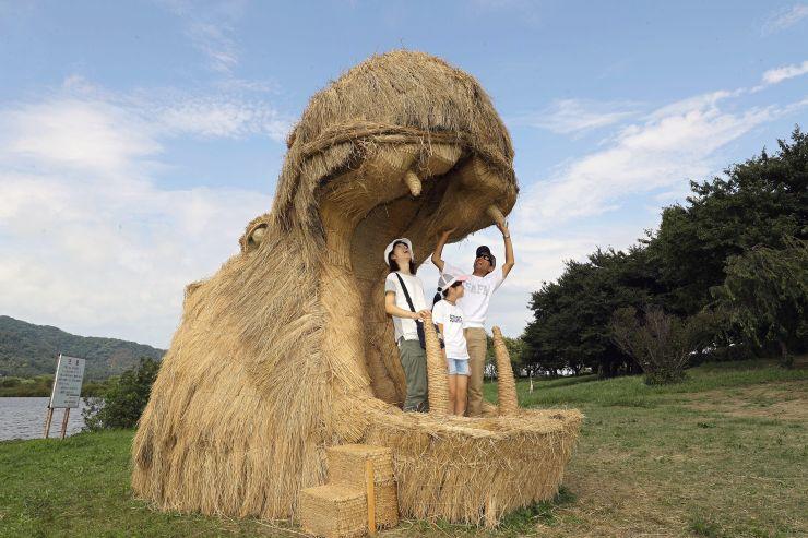 家族連れらが稲わらで作ったオブジェを楽しんだ「わらアートまつり」=26日、新潟市西蒲区
