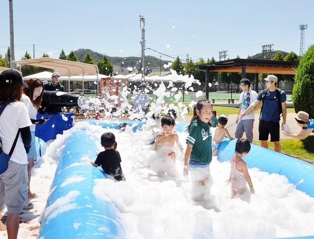 バブルバズーカの泡を浴びて大喜びの子どもたち=8月26日、福井県越前市の武生中央公園