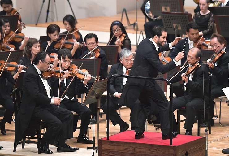 チャイコフスキーの交響曲第5番を情熱的に指揮するディエゴ・マテウスさん(中央手前)=26日、松本市のキッセイ文化ホール
