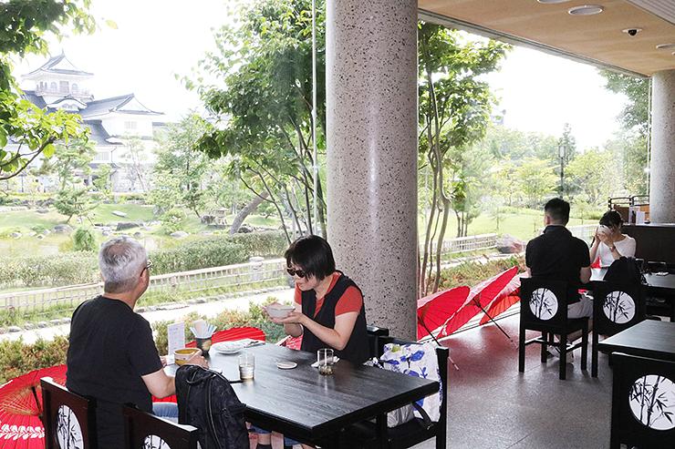 富山城や庭園を眺めながら抹茶を飲むことができるカフェ