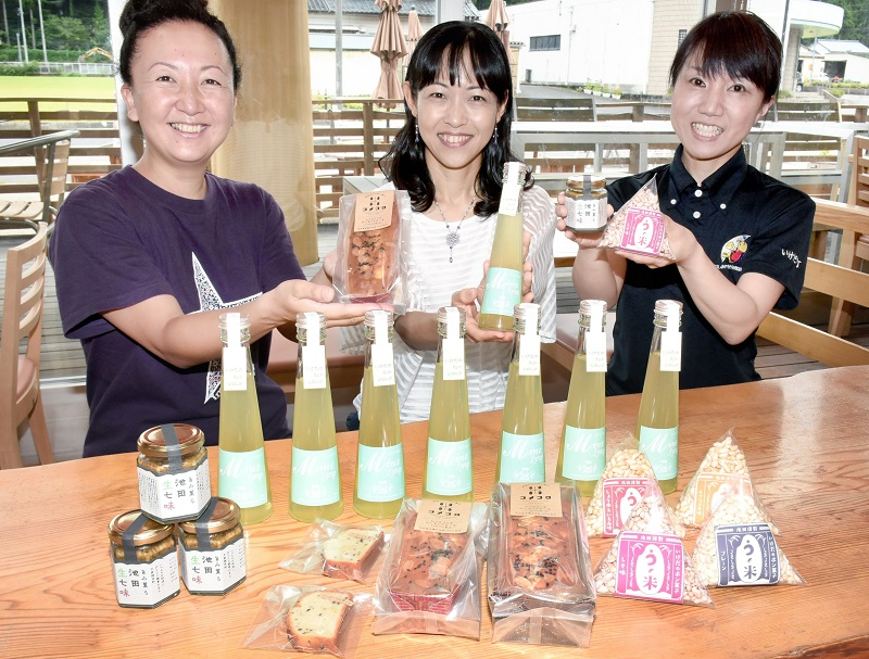 (左から)溝口香織さん、溝口雅子さん、笠嶋さんらが「食LABO」を使って開発した新商品=福井県池田町稲荷