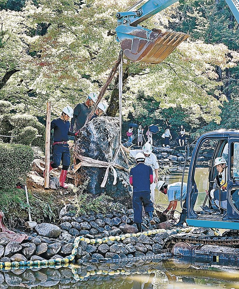 元の位置に戻された亀甲島の景石=兼六園の霞ケ池