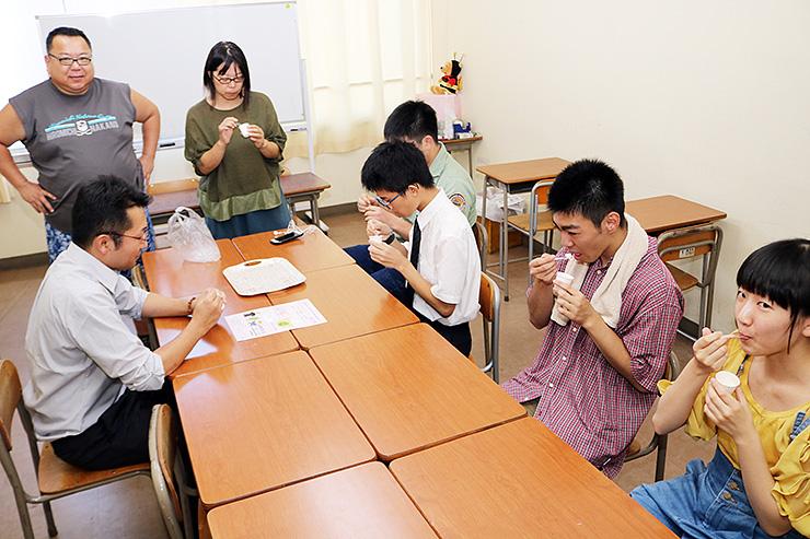 麦芽水あめを使った新作ジェラートを試食する生徒ら