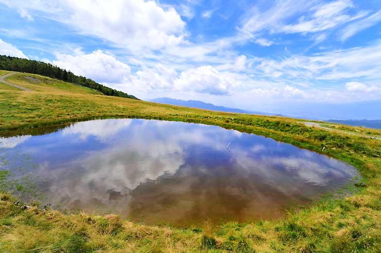 空の色を鏡のように映し出した「天空の池」=30日、大鹿村