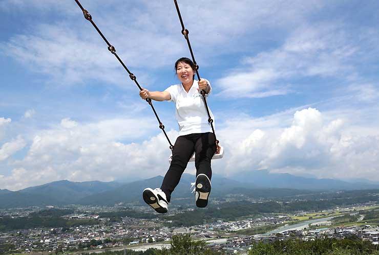 まるで空を飛んでいるかのような写真が撮れるかきっ子公園の「空飛ぶブランコ」