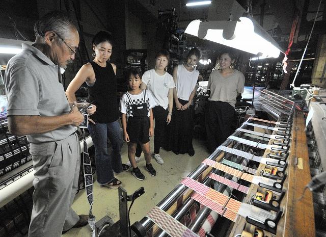 織ネームの製造過程が間近で見られる工場=福井県坂井市の柳澤織ネーム