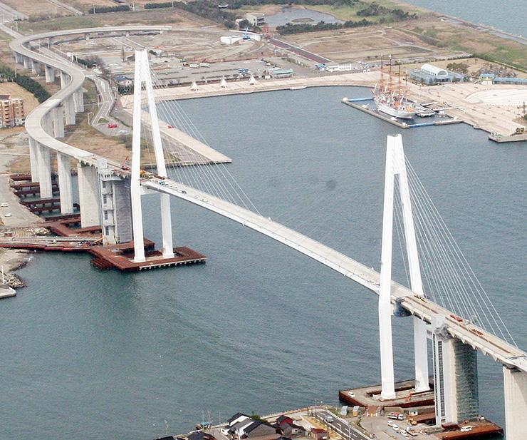 富山新港開港50周年記念事業の舞台となる新湊大橋=射水市