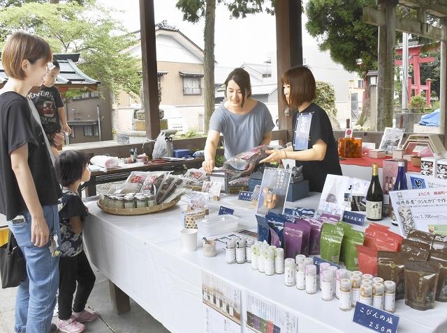 境内の一角に開設された土産品などを販売するコーナー=7月28日、福井県越前町織田の劔神社