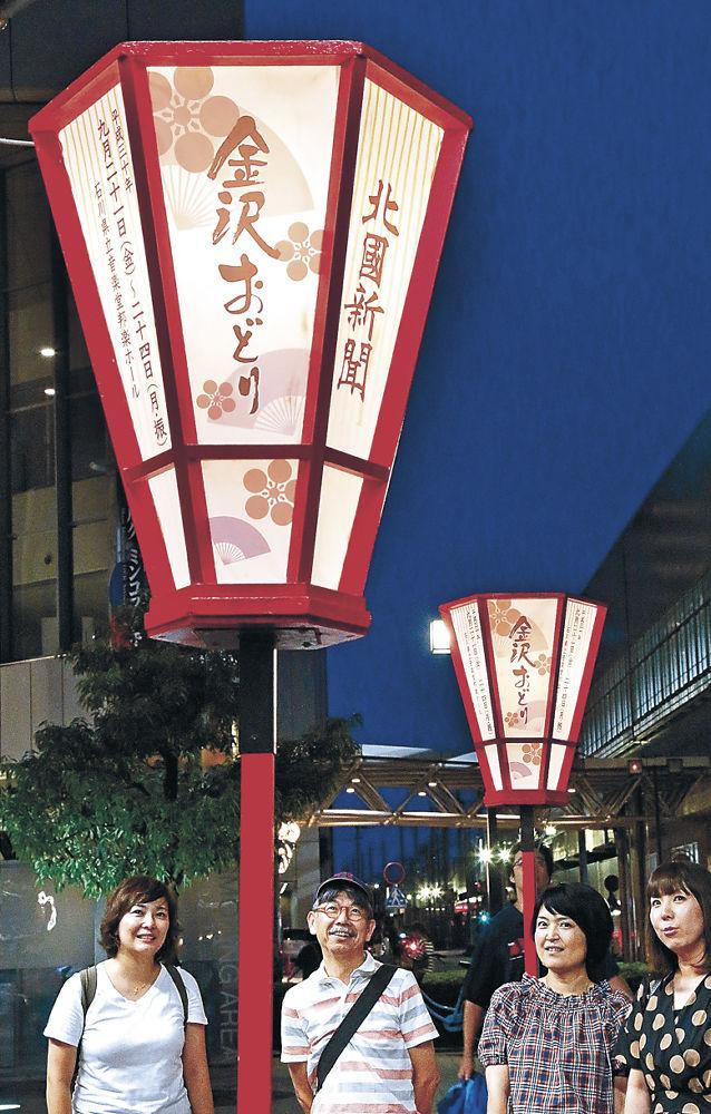 設置された金沢おどりのぼんぼり=JR金沢駅兼六園口