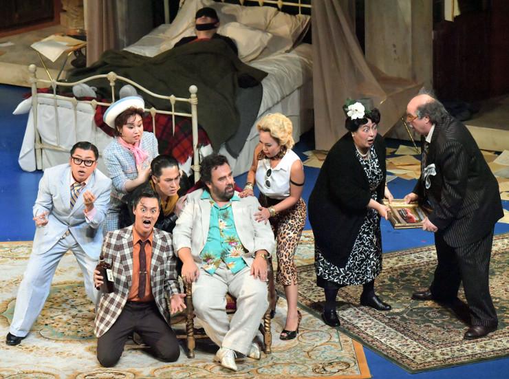 プッチーニの喜劇「ジャンニ・スキッキ」をにぎやかに演じる歌手たち=1日、まつもと市民芸術館