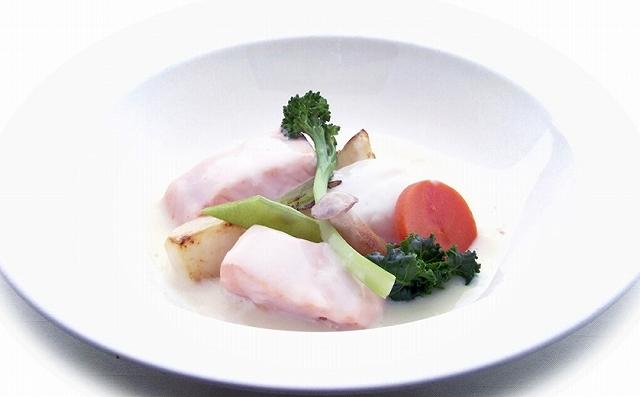 「越前産魚とふくいサーモン 茸のクリーム煮」(福井県提供)