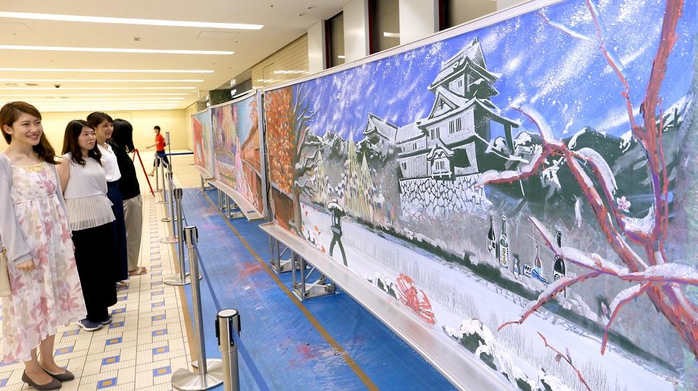 金沢の四季をテーマに描かれた黒板アート=金沢駅もてなしドーム地下広場
