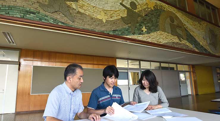 閉校した三水第二小学校で醸造所の開設計画について話し合う(左から)羽生田さん、小野さん、高野さん=飯綱町