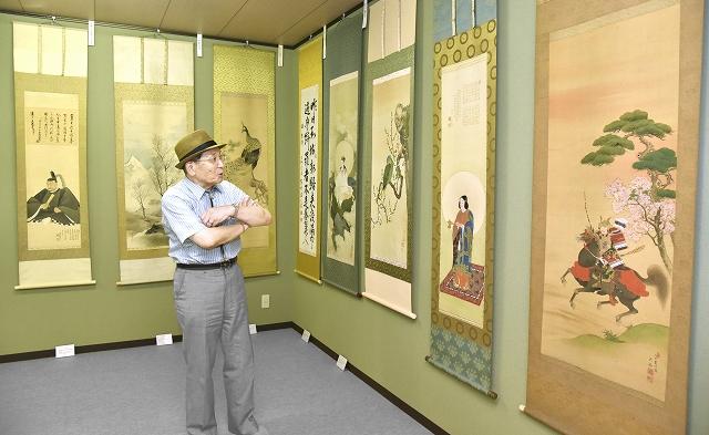私設美術館に並ぶ佐々木大岳の日本画などを鑑賞する孫の晃一さん=福井県鯖江市下野田町