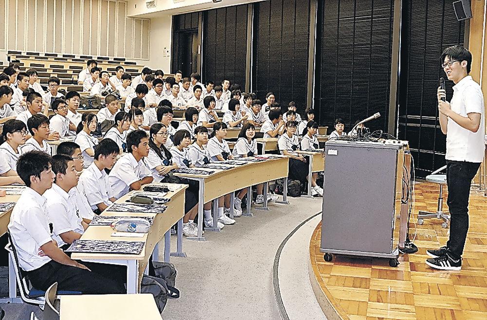 山田さん(右)に大学生活について話を聞く生徒=金大角間キャンパス