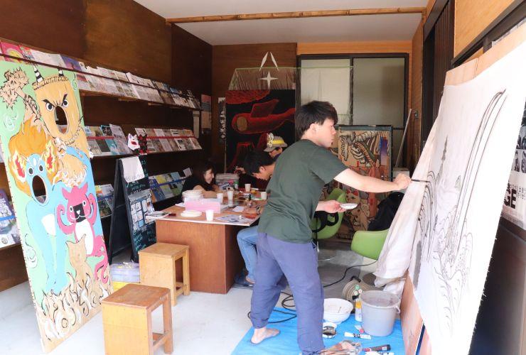 「妖怪祭り」に向け、準備する手部の部員ら=3日、新潟市中央区